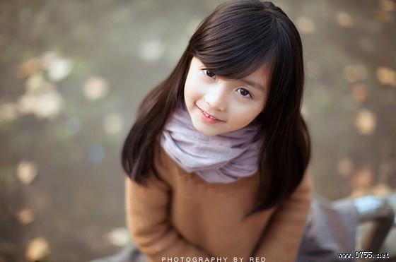 照片中的小萝莉清纯可爱,甜美的笑容在冬日带来丝丝温暖.